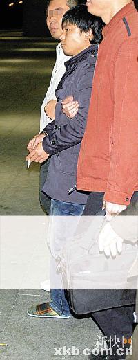 巢金辉(中)被民警押回广州。通讯员供图