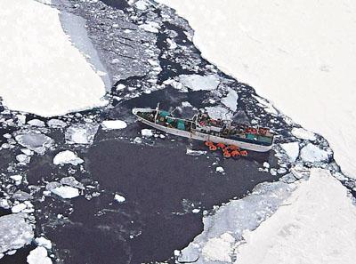 一艘俄罗斯渔船困在南极罗斯海的冰架中。