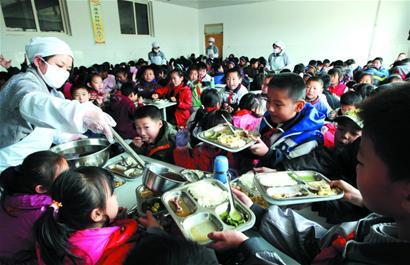 13名家长进小学食堂当大厨(组图)图片