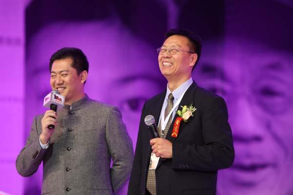 王伟力(右一)