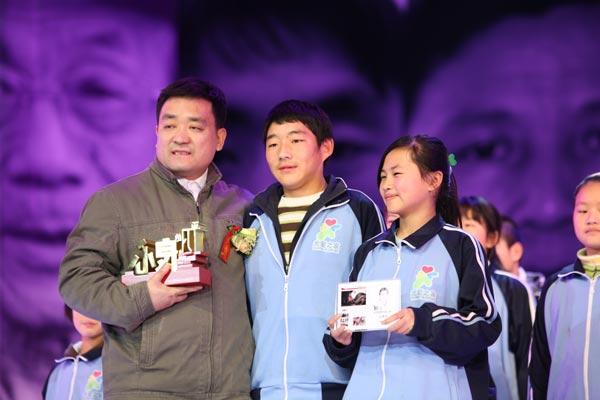 石青华(左一)