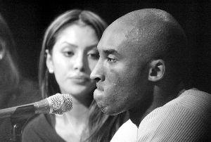 2003年强奸案后,科比在新闻发布会上流泪向妻子道歉