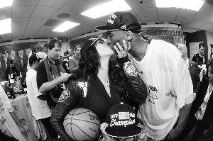 2010年率湖人队夺得NBA总冠军后,科比在湖人更衣室内拥吻妻子
