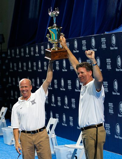 美国教练捧起奖杯