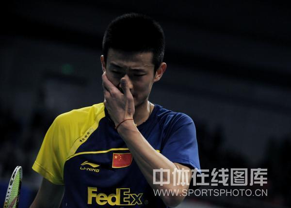 图文:林丹获总决赛男单冠军 谌龙擦汗