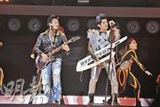 周董邀得霆锋任高雄演唱会嘉宾,二人在台上拿着结他斗唱。