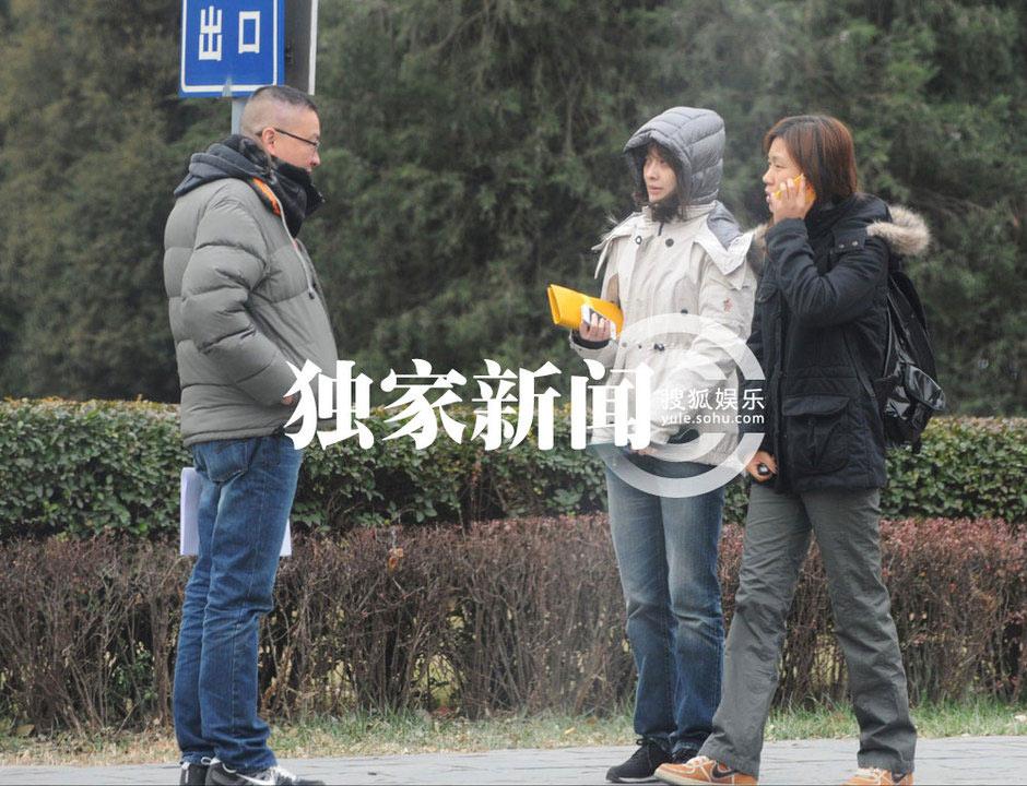 组图:梅婷素颜携男伴逛街 悠闲共品下午茶