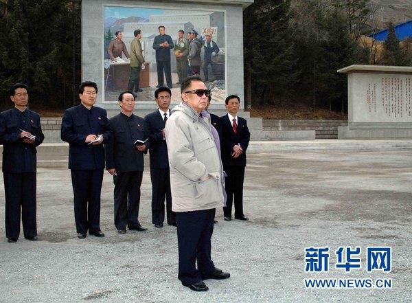 资料图片:朝鲜中央通讯社2011年4月22日提供的照片显示,朝鲜最高领导人金正日视察了惠山青年矿山。新华社/朝中社