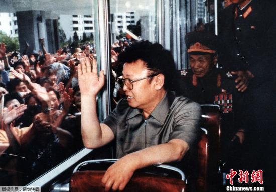 渀新华社、韩联社、美联社等多家国际媒体报道,朝鲜领导人金正日17日去世。图为1975年7月7日,金正日视察金日成大学途中向平壤民众们挥手致意。