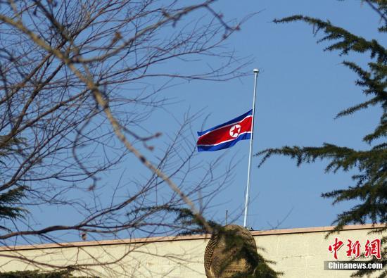 12月19日上午,朝鲜驻华大使馆已经降半旗哀悼。贾天勇 摄