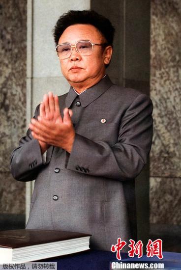 据朝鲜官方媒体报道,朝鲜国防委员长金正日于17日上午8时30分,因疲劳过度,在列车上突然去世,享年69岁。图为2000年10月10日金正日资料图片。
