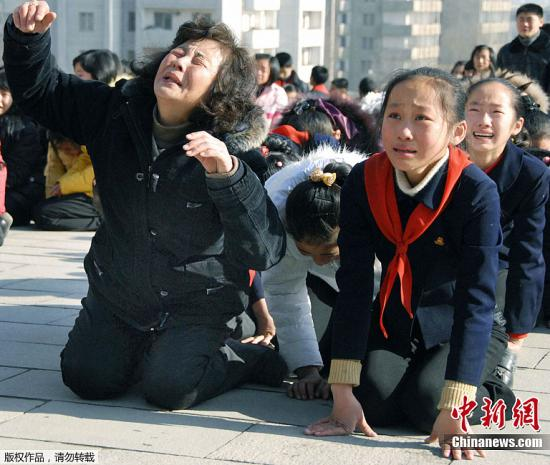 12月19日,朝鲜平壤市民聚集悼念金正日。据朝鲜官方媒体报道,朝鲜国防委员长金正日于17日上午8时30分逝世。