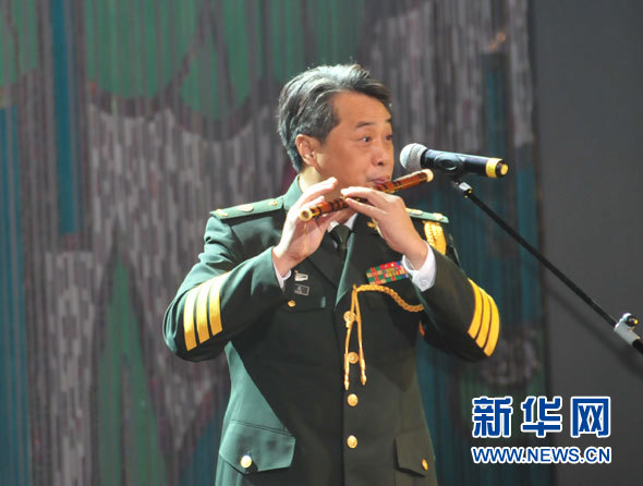 新 华网老挝万象12月19日电(记者孙彦新、斯宏亮)中国军队首次赴国外举办的中国军队文化活动周19日在老挝万象国家文化宫开幕。 当地媒体的提前宣传和街边张贴的海报,使老挝各界对中国军队文化活动周的举办充满期待。以解放军南京军区前线文工团为主,包括北京军区战友文工团、广州军区战士文工团的部分演员组成的演出队,不仅表演了《青春士兵》《骏马奔驰保边疆》等军营歌舞,《小城雨巷》《康定情歌》等民族特色歌舞,还表演了魔术《中国红》、杂技芭蕾对手顶《东方天鹅》等获得过国际大奖的节目。