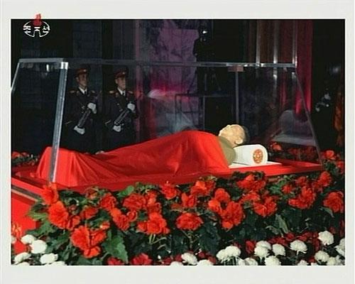 当地时间12月20日,朝鲜中央电视台播出了金正日遗体的画面。(视频截图)