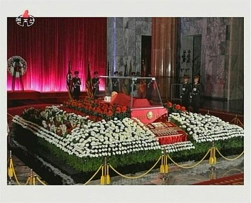 20日,朝鲜中央电视台播出了金正日遗体的画面。(视频截图)