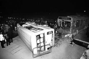 被撞的中巴车侧翻在路中。