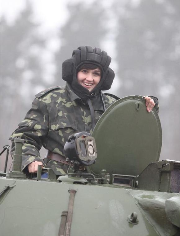 士兵:乌克兰高清美女进行射击驾驶美女技比别军事图片