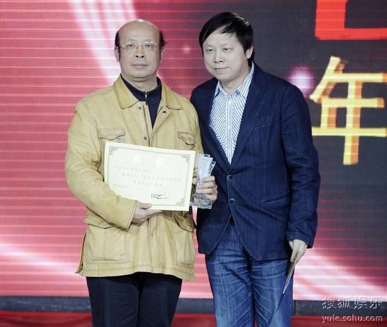 搜狐总编辑刘春为中影南方电影新干线总经理赵军颁奖(点击观看高清组图)