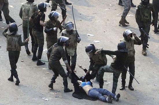 当地时间12月17日,埃及军警公开在解放广场殴打女示威者,试图将其上衣及面纱脱去,并用脚踹女子腹部,激起民愤。