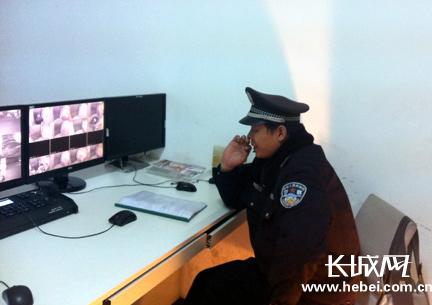 苏志刚队长在监控室值班 马冬冬