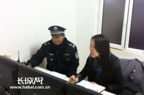 苏志刚队长教记者 使用监控设备 马冬冬
