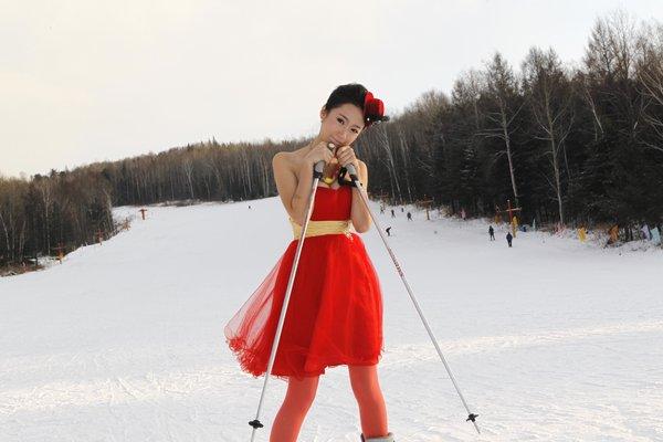 滑雪场现冻人妹 零下27度穿低胸纱裙丝袜滑雪(组图)