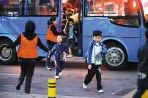 深圳校巴竟停在马路中间,学生下车存在安全隐患。