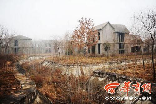 站在灞河河堤上放眼望去,十余栋别墅矗立在荒草中,透着一股萧索 本报记者 赵雄韬 摄