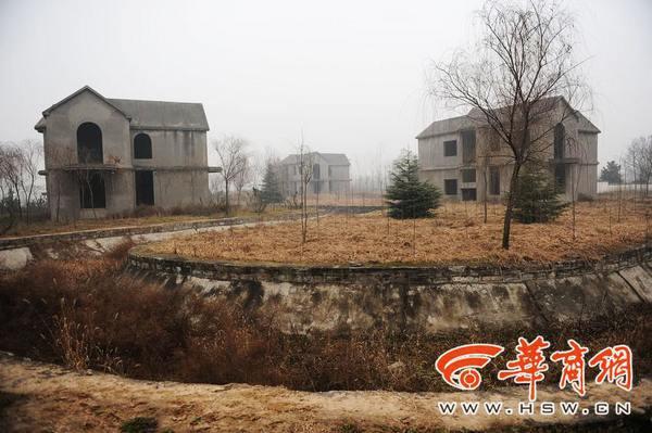灰色的建筑主体因没有安装门窗,在寒风中很是萧条本报记者 赵雄韬 摄