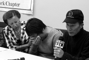 丹尼·陈的父母在记者面前痛哭(中新网)
