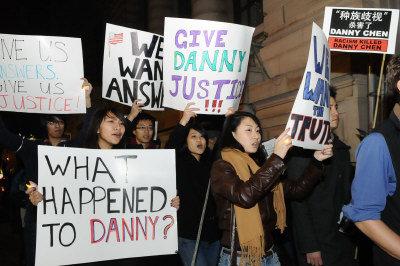 丹尼·陈的同学及支持者举行纪念游行活动,高举标语要求查明真相(中新网)