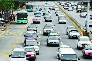 笋岗西路的公交车专用道利用率不高。本报资料图片