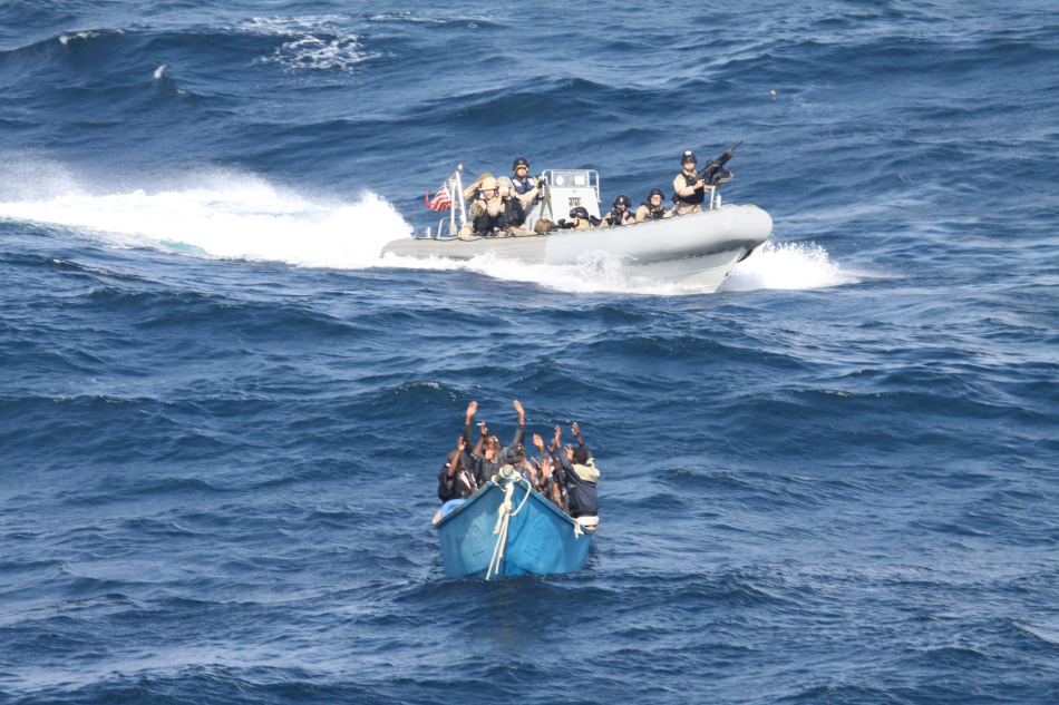 美国海军特战队在亚丁湾抓到袭击商船海盗小艇(组图)