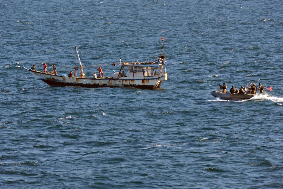 美国海军特战队在亚丁湾抓到袭击商船海盗小艇