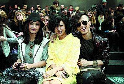 姚晨(左)与徐濠萦在巴黎时装周看秀