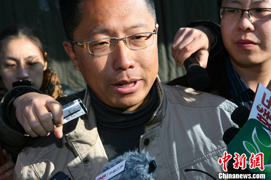 12月15日,李阳的妻子Kim(李金)起诉李阳离婚的诉讼,在北京朝阳法院的奥运村法庭开庭审理。图为李阳被媒体包围。