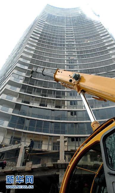 这张朝中社12月22日提供的照片显示,21日平壤万寿台中心区现代化建设工作继续进行。朝鲜最高领导人金正日17日逝世,朝鲜全国哀悼期将持续到29日。图片来源:新华网