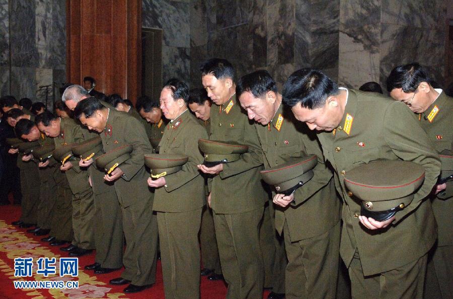 这张朝中社12月23日提供的照片显示,22日平壤326电线厂的工人化悲痛为力量决心加紧生产。朝鲜最高领导人金正日17日逝世,朝鲜全国哀悼期将持续到29日。图片来源:新华网