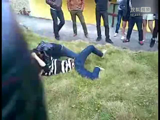 女生打架视频_视频:两女生打架堪比ufc终极格斗赛