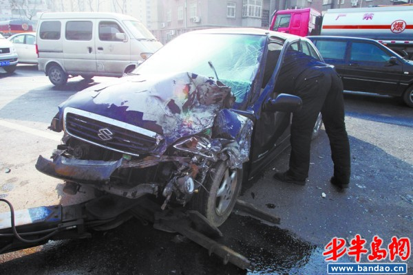 油罐车与轿车相撞 油箱内300升柴油泄漏(图)