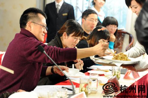 评委们举筷品菜
