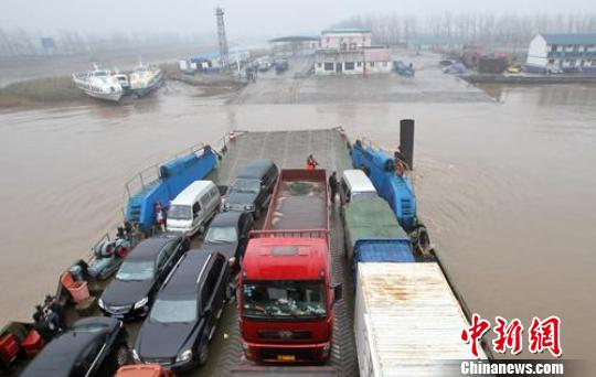 启东红阳港汽渡的渡船在长江上航行. 许丛军 摄