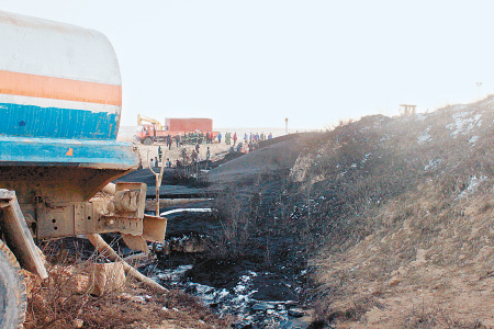 原油泄漏致土地被污染。