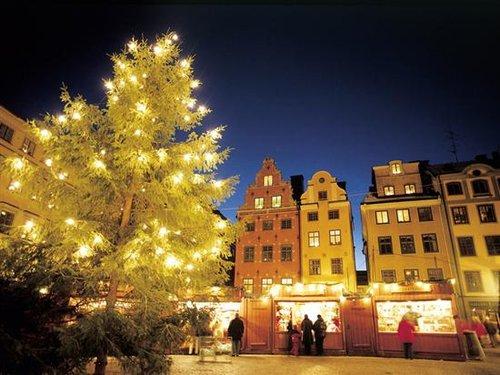 作为最先出版圣诞邮票的国家,丹麦这种圣诞邮票的发行是为筹措防痨经费。丹麦人寄圣诞贺卡、邮件,都喜欢贴这种邮票。也正因如此,在圣诞节前的平安夜卖贺卡的门店总是一直开着。
