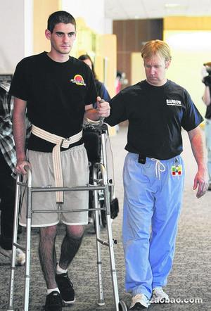 施密德如今能依靠学步器材走动,天游平台天游注册医生和家人都认为这Ty8天游平台个奇迹。(美联社)