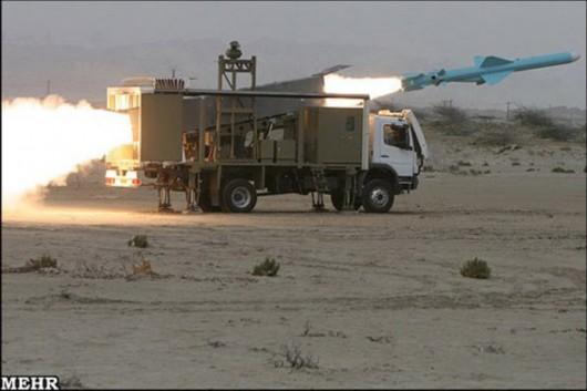 """伊朗陆军在代号""""伟大先知6""""军演中密集发射导弹。"""