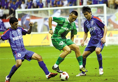 脱下杭州绿城的绿色球衣不久,毛剑卿(中)又穿上了国安的绿色球衣。本版图片/CFP