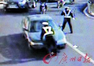 轿车撞车逃逸 将交警顶在前盖狂奔一公里