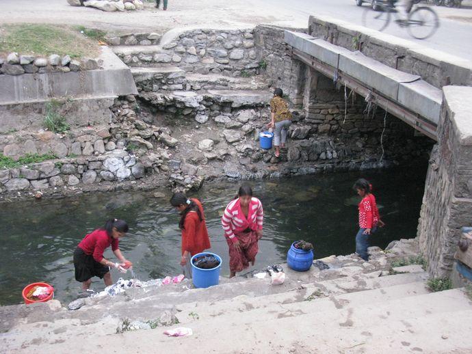 尼泊尔妇女当街洗澡