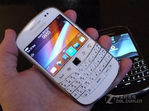 图为 白色黑莓9900